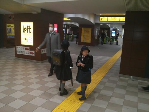 Crianças japonesas indo para escola de transporte público sozinhas
