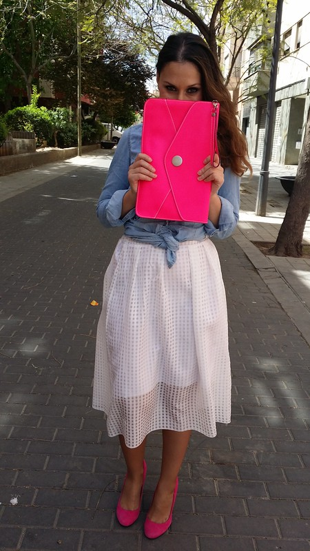 camisa denim anudada, falda blanca cuadros transparencias, rosa fucsia, zapatos tacón, clutch, Gafas 60, collar joya, denim shirt tied, white skirt check transparencies, fuchsia, high heels, clutch, 60's sunnies, jewel necklace, Stradivarius, Aliexpress, Zara, Beloved Woman