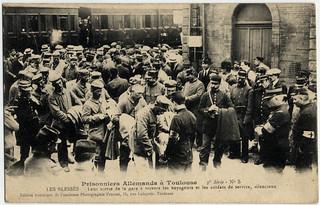 [La guerre 1914 à Toulouse]. Prisonniers allemands à Toulouse. 3e série n° 5. Les blessés. Leur sortie de la gare à travers les voyageurs et les soldats de service, silencieux. Gare Matabiau.