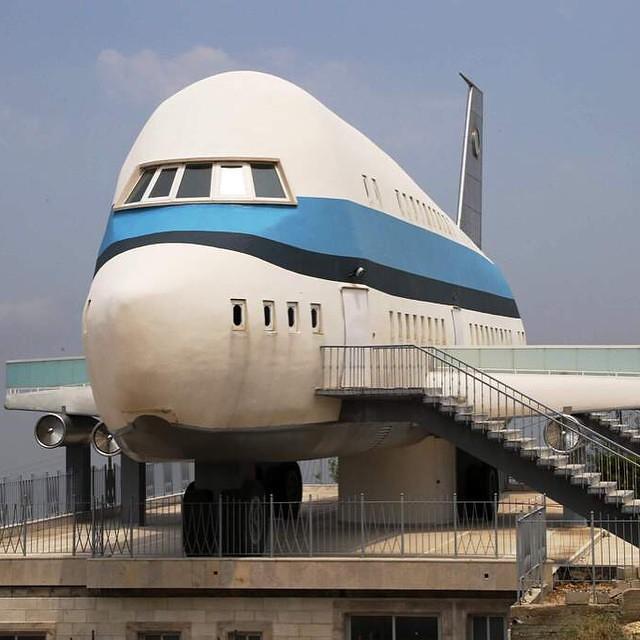 منزل على هيئة طائرة إيرباص في بلدة مزيارة اللبنانية التي تشتهر بوجود العديد من المنازل المبنية بشكل غريب
