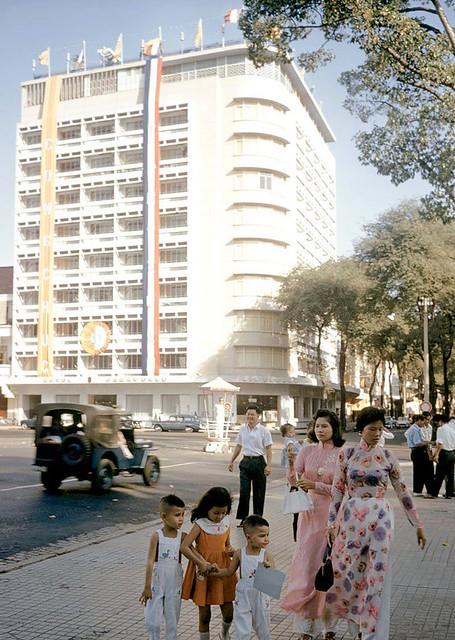 SAIGON 1961 - Khách sạn CARAVELLE đường Tự Do - Photo by Wilbur E. Garrett