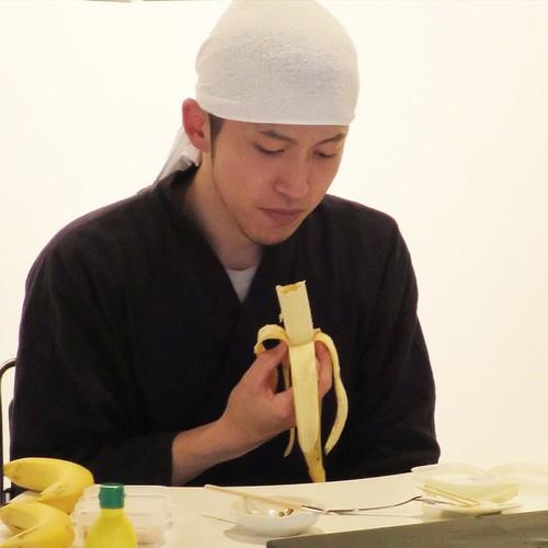 バナナ彫刻界の巨匠、デモンストレーション前のウォームアップ中。青山の伊藤忠アートスクエアにて。