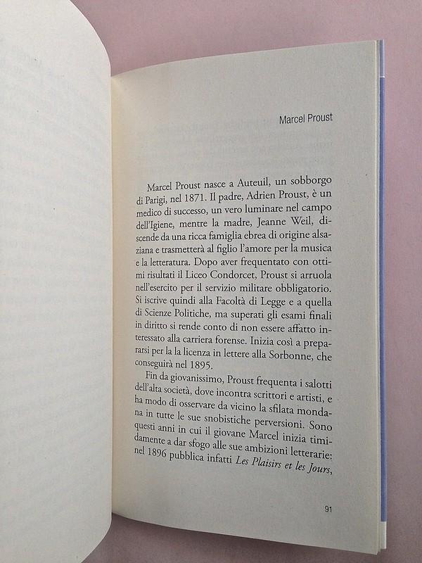 La ragazza con le rose rosse, di Marcel Proust. Nuova Editrice Berti 2014. [Responsabilità grafica non indicata]. Incipit della nota bio-bibliografica, a pag. 91 (part.), 1