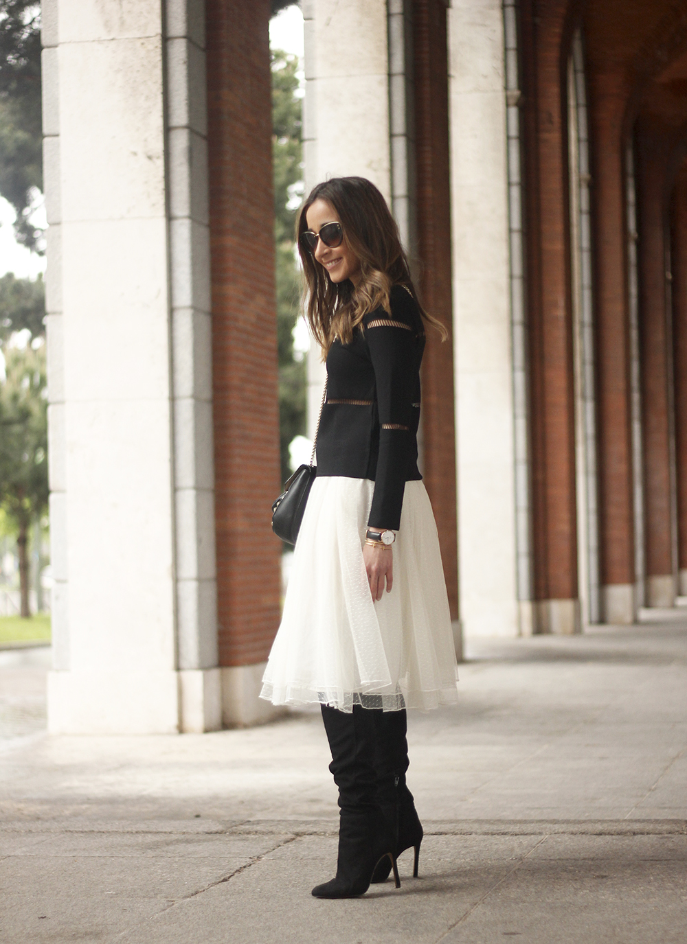 Tulle white skirt over the knee boots black sweater spring rainy day uterqüe bag fashion outfit07
