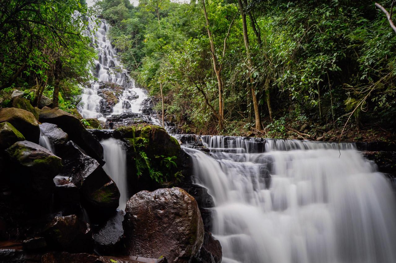 Una cascada va anticipando la llegada al salto de agua más importante de la cordillera de Mbaracayú, el Salto Carapá. (Elton Núñez)