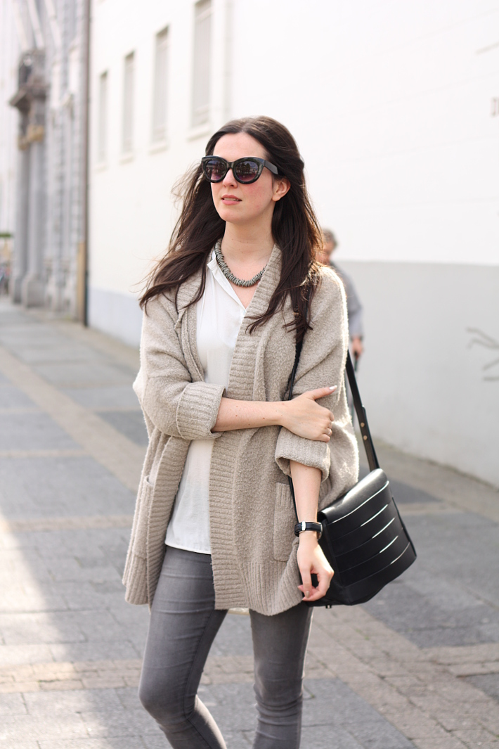 Casual outfi in oversized cardigan and silky blouse