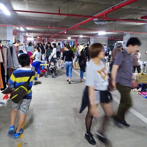 駐車場スペースでフリーマーケット、賑わってます。