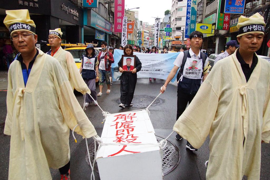 工人從永豐餘總部徒步遊行至何壽川住家。(攝影:王顥中)