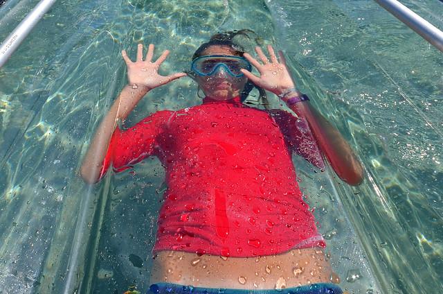 Diana pegada al fondo de mi kayak transparente