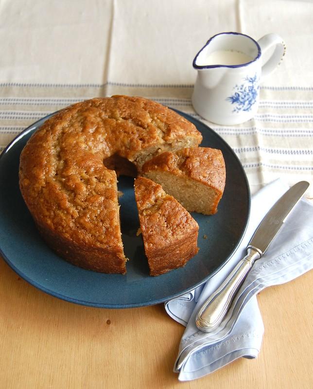 Apple cake with maple glaze / Bolo de maçã com calda de xarope de bordo