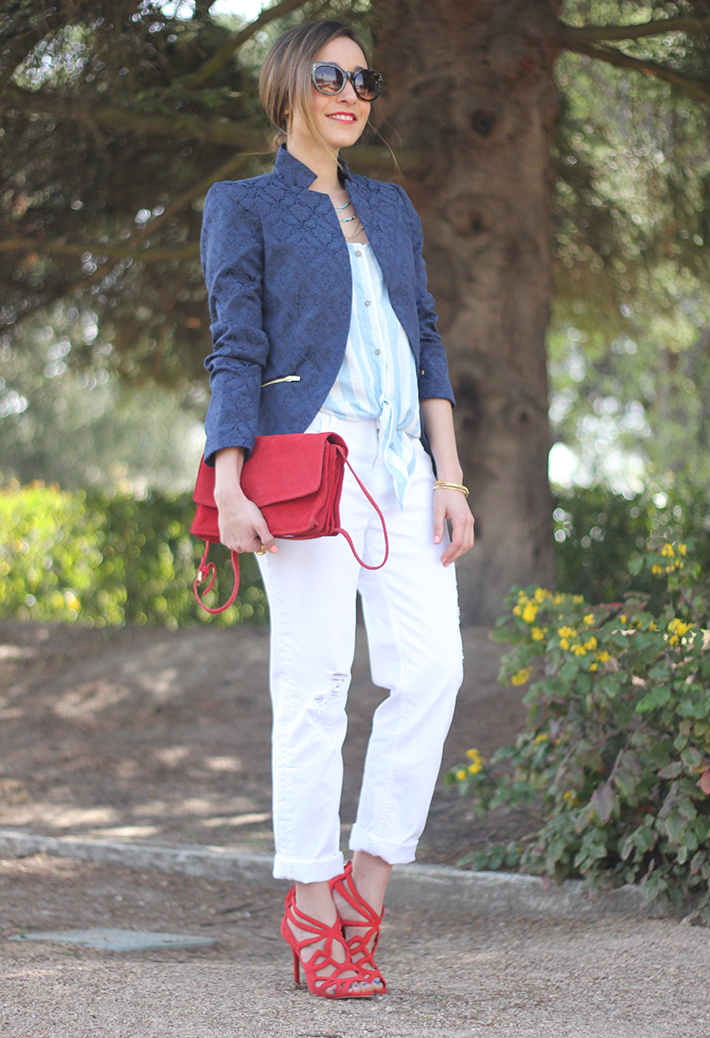 white boyfriend jeans zara blue blazer suiteblanco red sandals21