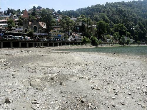 लोगों के बेरुखी से सूखने के कगार पर झील