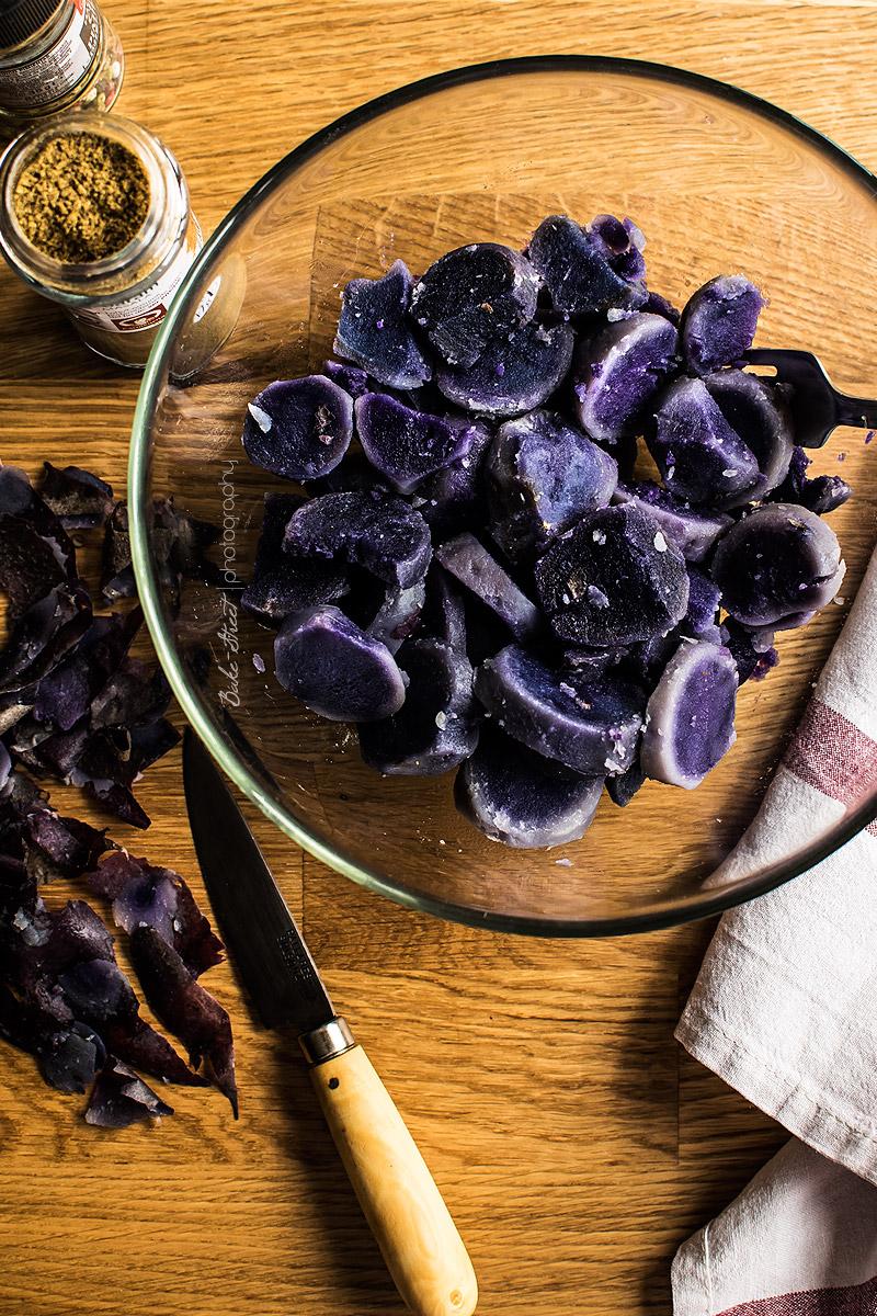 Ensalada de patata violeta con sésamo y naranja