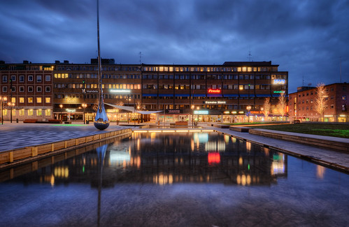 city bridge trees sculpture signs art water grass clouds reflections square landscape pond artwork cloudy sweden dusk drop advertisement sverige benches stores hdr eskilstuna raindrop pinpoint olovtällström fristadstorget