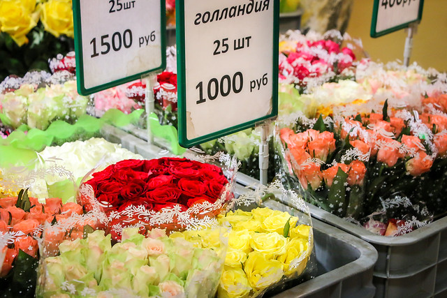 Flower shop in Gostiny Dvor shopping center, Saint Petersburg, Russia サンクトペテルブルク、ゴスチーヌィ・ドヴォール内の花屋さん