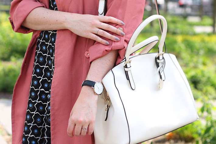dusty rose trenchcoat, diamanti per tutti rings, white handbag
