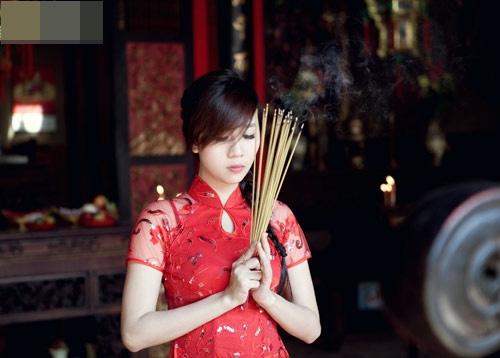 Hoa hậu đi lễ chùa.