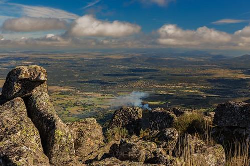 españa naturaleza color horizontal natural paisaje sierra campo nublado montaña humo rocas piedras dehesa nadie extremadura caceres llanura granito montanchez eduardoestellez estellez