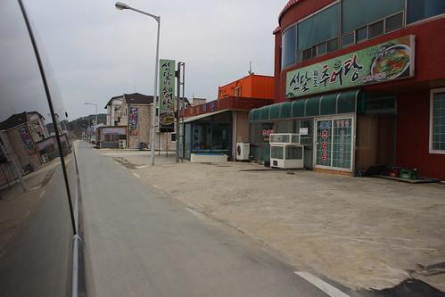 車上一瞥新萬金開發區內漁村僅存乏人問津的海產店