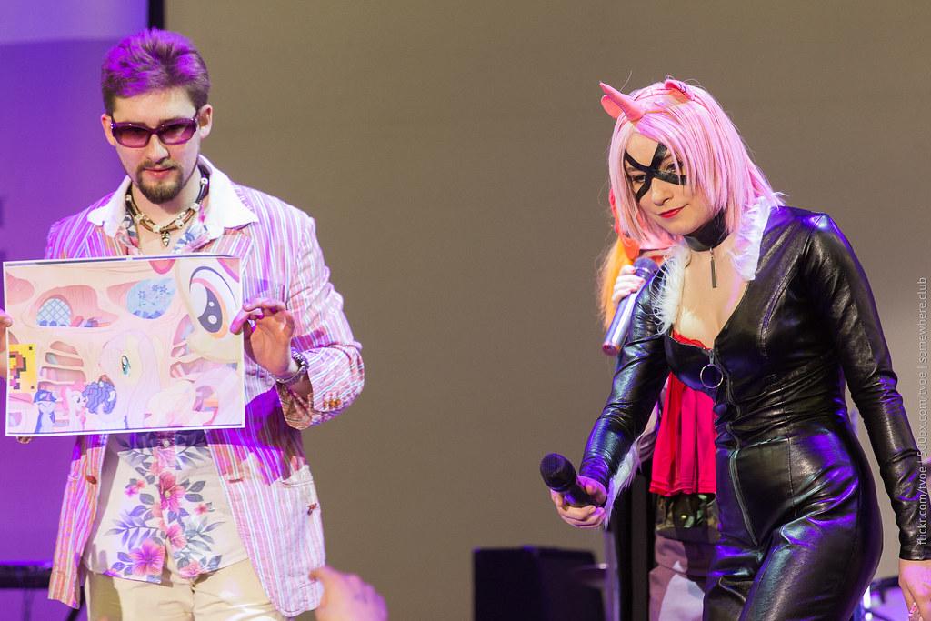 Конкурс и девушка в облегающем костюме на Руброниконе-2015