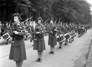 Canadian Women's Army Corps (CWAC) Pipe and Brass Bands... / La fanfare et le corps de cornemuse du Service féminin de l'Armée canadienne...