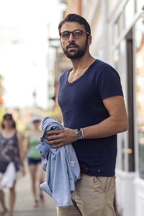 Armani Exchangeの無地紺Tシャツにチノパン