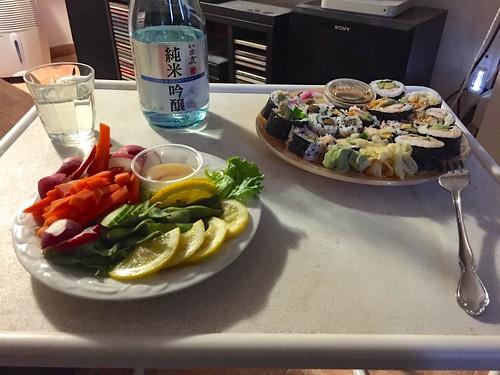 Assiette de sushi et crudités