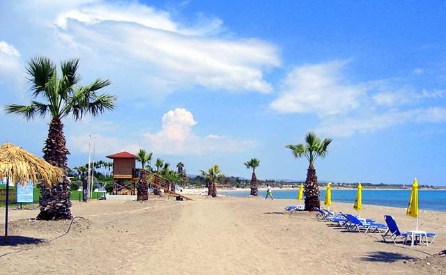 Пляж Атлантида. Песчаные пляжи Кипра в районе города Пафос