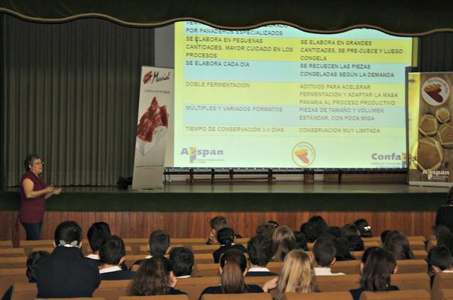 La nutricionista Mariló Recio explica las diferencias entre pan artesano e industrial a los alumnos del colegio Santísima Trinidad