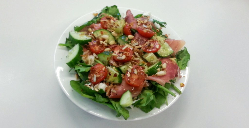 salade met spinazie, rauwe ham en geitenkaas