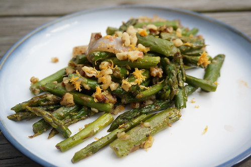 Roasted asparagus with grapefruit and walnut, plated