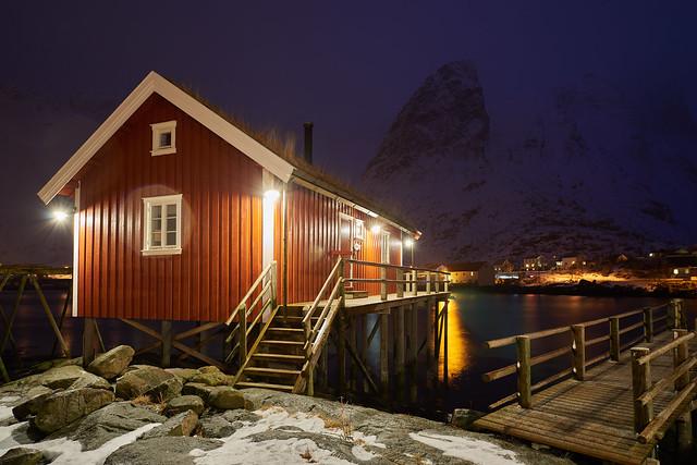Rorbu au crépuscule [ Îles Lofoten ~ Norvège ]