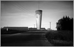Contraste : le château d'eau et les panneaux solaires