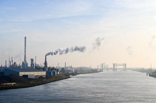 Smoke on the Oude Maas and Botlek bridge, Rotterdam