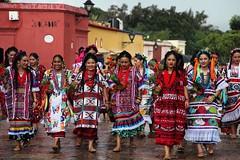 Viva la fiesta de la Guelaguetza - Flor de Piña #guelaguetza2016 #guelaguetza #desfilededelegaciones #oaxacatoday #oaxacanow #oaxaca #discoveroaxaca #oaxacaalmomento