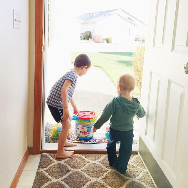 They looked all over the house but the Easter bunny hid their baskets outside our front door. Tricky tricky ;) 🐰