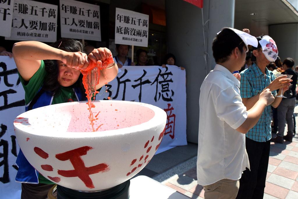 工人們上演行動劇,清洗過毛巾流出工人的血汗,卻成為資方獲利後的杯中紅酒。(攝影:宋小海)
