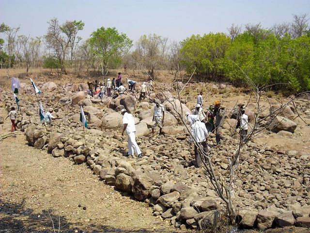 पानी सहेजने के मुहिम में लगे ग्रामीण