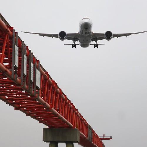 着陸直前の飛行機が向かってくる迫力。 #ヤマハマリン #勝どきマリーナ
