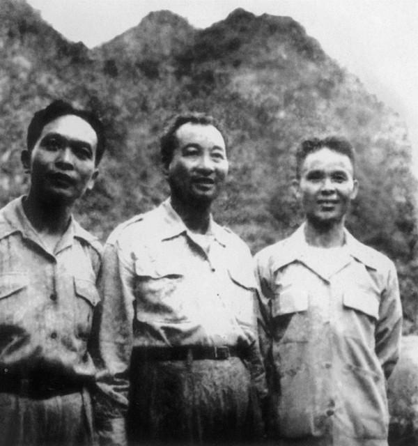 1954 Tướng Giáp với hai cố vấn Trung Cộng tại bộ chỉ huy Việt Minh trong chiến dịch Điên Biên Phủ