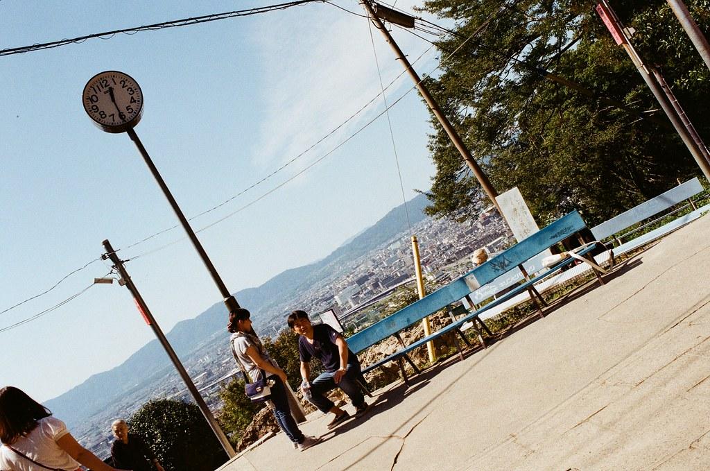 伏見稻荷 京都 Kyoto, Japan / Kodak ColorPlus / Nikon FM2 時鐘,紀錄一下時間,後來發現每次這樣紀錄時間還滿有意義的。  時間停止在某一刻,等待回憶的銜接。  Nikon FM2 Nikon AI AF Nikkor 35mm F/2D Kodak ColorPlus ISO200 0993-0024 2015/09/29 Photo by Toomore