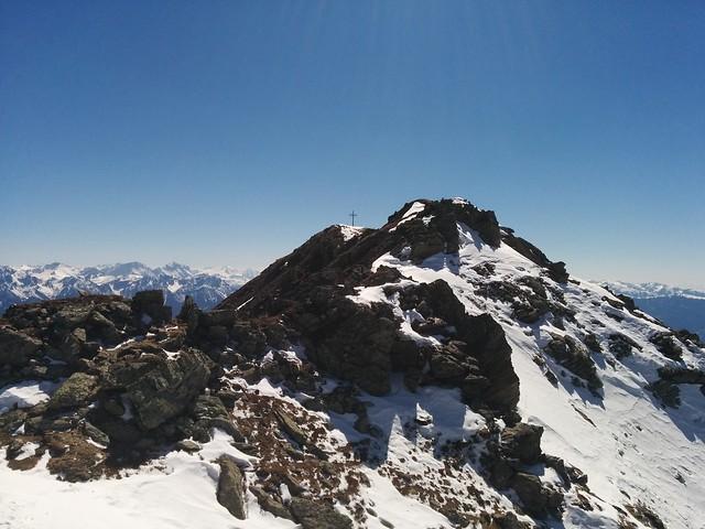 Nur noch wenige Meter bis zum Gipfelkreuz des Schönbichl