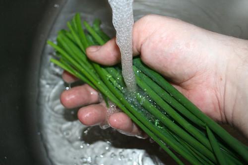 10 - Schnittlauch waschen / Wash chives