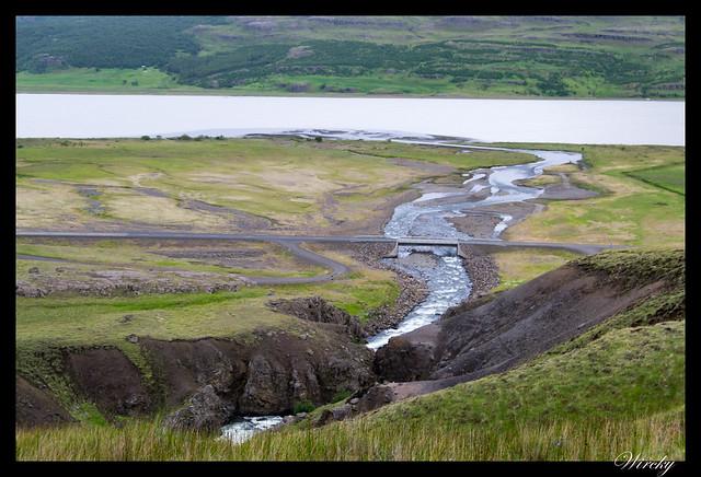 Río de cascada Litlanesfoss y Hengifoss
