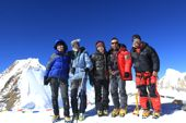 Teilnehmer einer Top Mountain Tours Gruppe auf dem Gipfel des Saribung Peak, 6346 m. Foto: Christine Theodorovics.