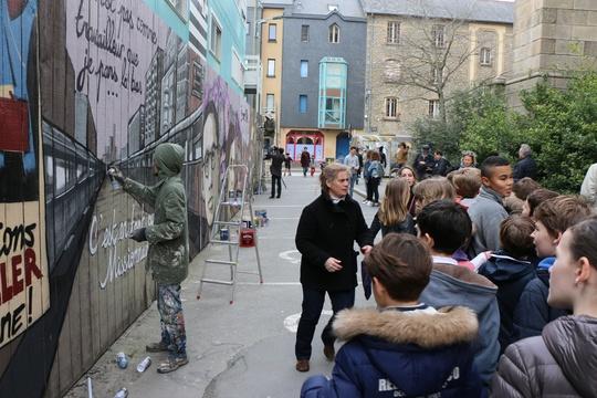 Des élèves de l'école Marcel Callo de Rennes assiste aux derniers coups de bombes
