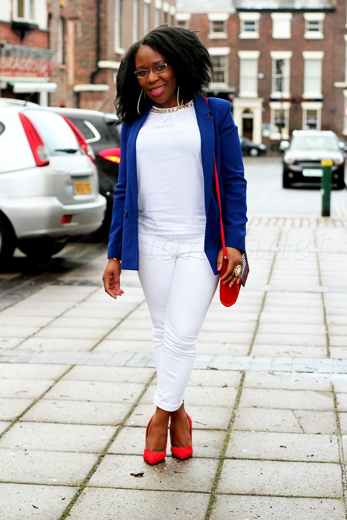 ways-of-wearing-white-on-white-trend, Styling white on white: Long blue blazer, white jeans, white top, red stiletto heels & handbag,Cobalt blue blazer with a chiffon maxi skirt, Cobalt blue blazer with a black chiffon maxi skirt, black chiffon maxi skirt, maxi skirt, maxi chiffon skirt, see through maxi skirt, see through skirt, chiffon skirt, cobalt blue heels, cobalt blue stiletto heels, green clutch bag, green envelop clutch bag, large envelope clutch bag