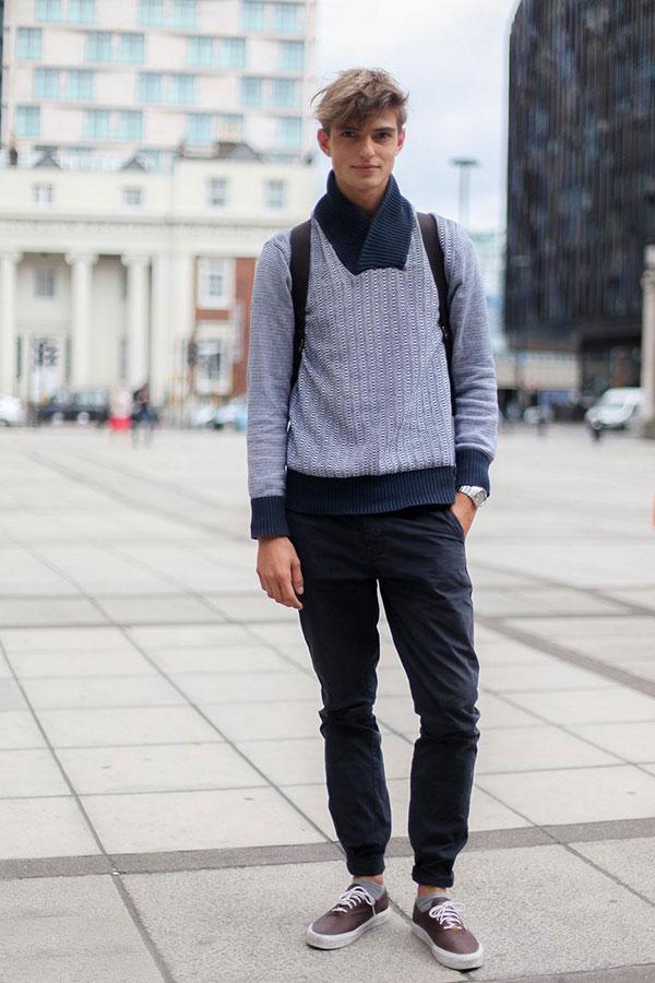 紺バイカラーショールカラーセーター×黒チノパン×ブラウンローカットスニーカー