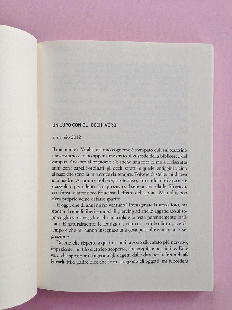 Greco moderno, di Nikos Petrou. Syncro High School 2015. Progetto grafico di Syncro Groove; alla cop. fotog. col. di Vasilis Tsarnas. Incipit, a pag. 5 (part.), 1