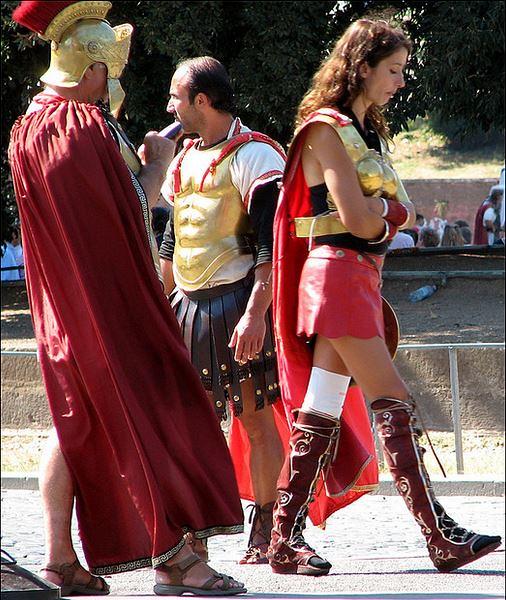 ROMA ARCHEOLOGICA & RESTAURO ARCHITETTURA: GIUBILEO - Fori Imperiali, il Comune: «Saranno pedonali per l'Anno Santo», CORRIERE DELLA SERA (14|05|2015). Foto: Via dei Fori & Il Colosseo (24|07|2005).